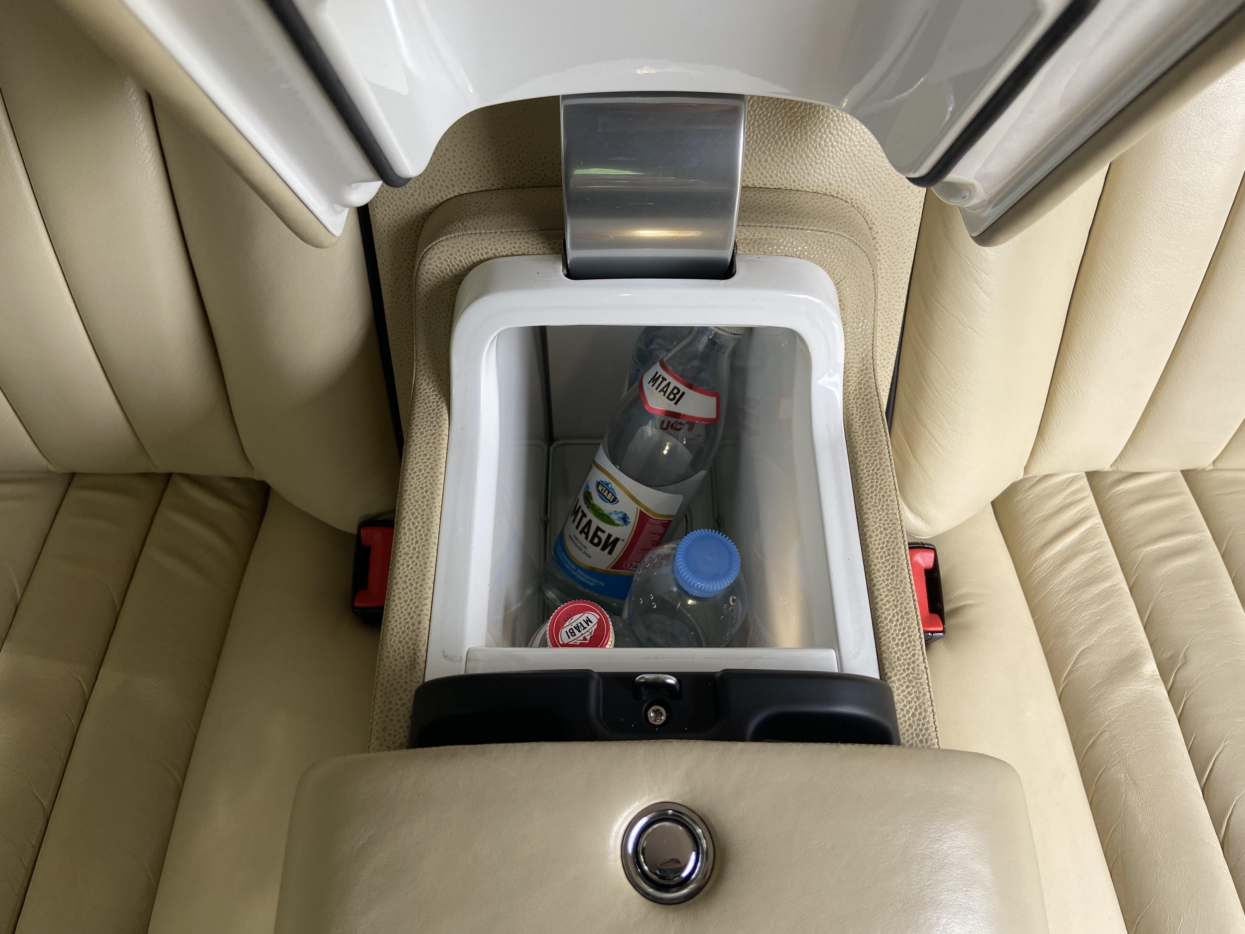 Холодильник в лимузине Роллс Ройс фантом